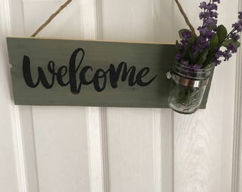 Welcom sign with mason jar and flowers