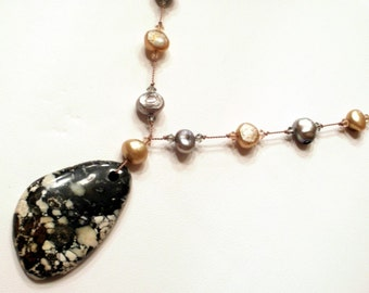 Freshwater pearl necklace with pendant