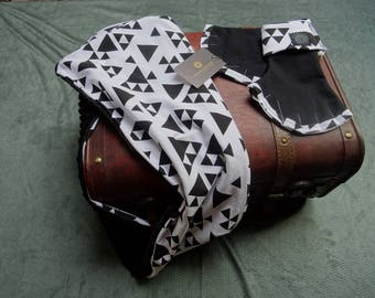 Mittens and snood printed geometric black and white triangles
