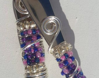 Cheese and pâté knife set wire-wrapped with ornate beadwork.