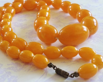 Vintage faux amber graduated early plastic lucite bead necklace - egg yolk necklace - graduated beads - summer jewellery