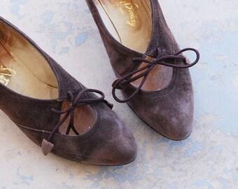 vintage 60s Kitten Heels 1960s Lace Up Heels Brown Suede Leather Pumps Sz 8.5 39