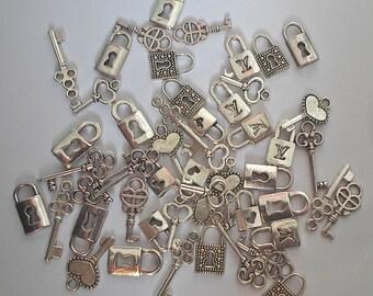 Tibétain argent petites clefs et serrures breloques (50 pièces au total) - 10 ensembles de fabrication de Scrapbook, l'artisanat/bijoux