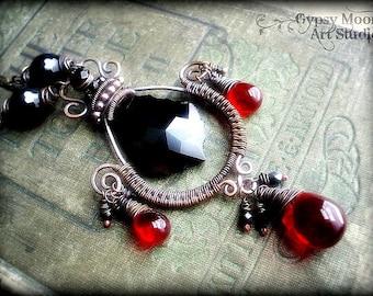 Schwarzen und roten Kupferdraht umwickelt Halskette.