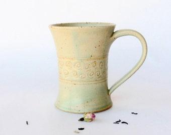 Mug vert, décor colimaçons, grès