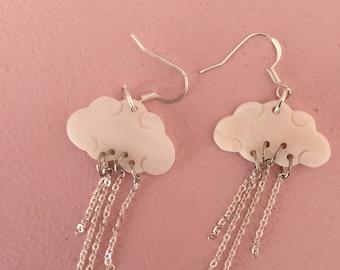 Boucles d'oreille nuages en nacre et chaînes en métal argentées