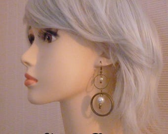 Round dangle earrings of brass and white pearls renaissance