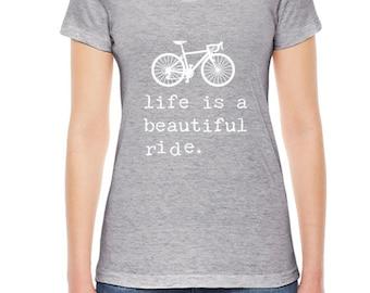 La vie est un beau Ride Womens T-shirt, vêtements de femmes. Vélo chemise vêtements sur mesure, mots inspiration American Apparel