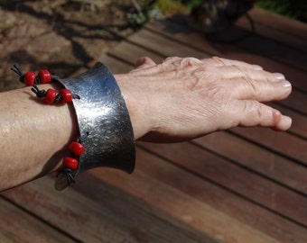 Cuff bracelet, hammered, with dangling beads