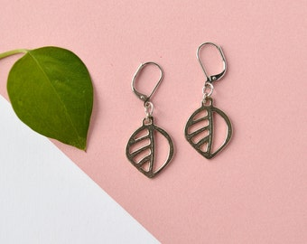 Boucles d'oreilles moyennes feuilles, bijou nature feuilles argent, pendants d'oreilles minimalistes, bijou québécois en étain pour femme