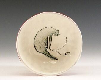 Schleichend Kitty - Original-Gemälde von Jenny Mendes in einer Hand eingeklemmt Keramikschale Finger