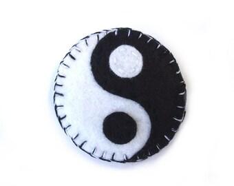 Felt yin yang brooch, ying yang pinback, eastern buddhist tao lapel pin, chinese philosophy unity yinyang, taoist jewelry asian