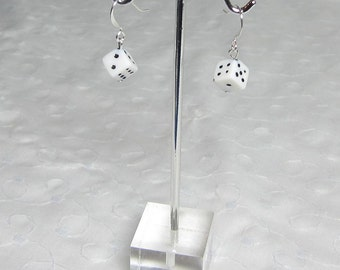 Minuscule noir ou blanc dés boucles d'oreilles