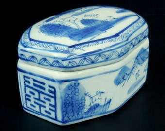 """4 3/4"""" //  Blue and White Lidded Jewelry, Trinket Candy Dish / MADE in CHINA / 4 3/4"""" // Transfer ware // Stamped // Asian Influence"""