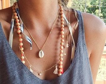 Délicat collier de coquillages cauris