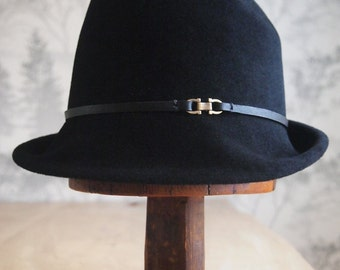 Vi: Black velour felt hat with upturn brim in back