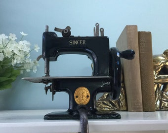 Vintage Singer Sewing Machine, Black Mini Childs Model 20, Miniature Toy Sewing Collectible, Sew Handy