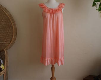 Super adorable vintage peach coral night gown