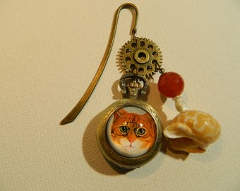 Bookmark giving time, his red cat, a cog and its shell...
