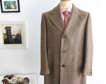 Vintage Man coat brand Cortefiel in beige,  made in Spain. Decade 1970s  size UE 46.  Fabric in square  pattern.