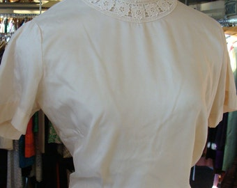 CHAMPAGNE 1950's 1960's BLOUSE judy bond TEE lace neckline M
