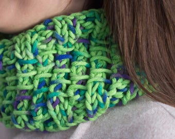 Scarf with a very soft texture and pleasing to the touch, hand-woven with two needles.