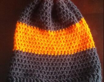 Bonnet gris foncé et orange