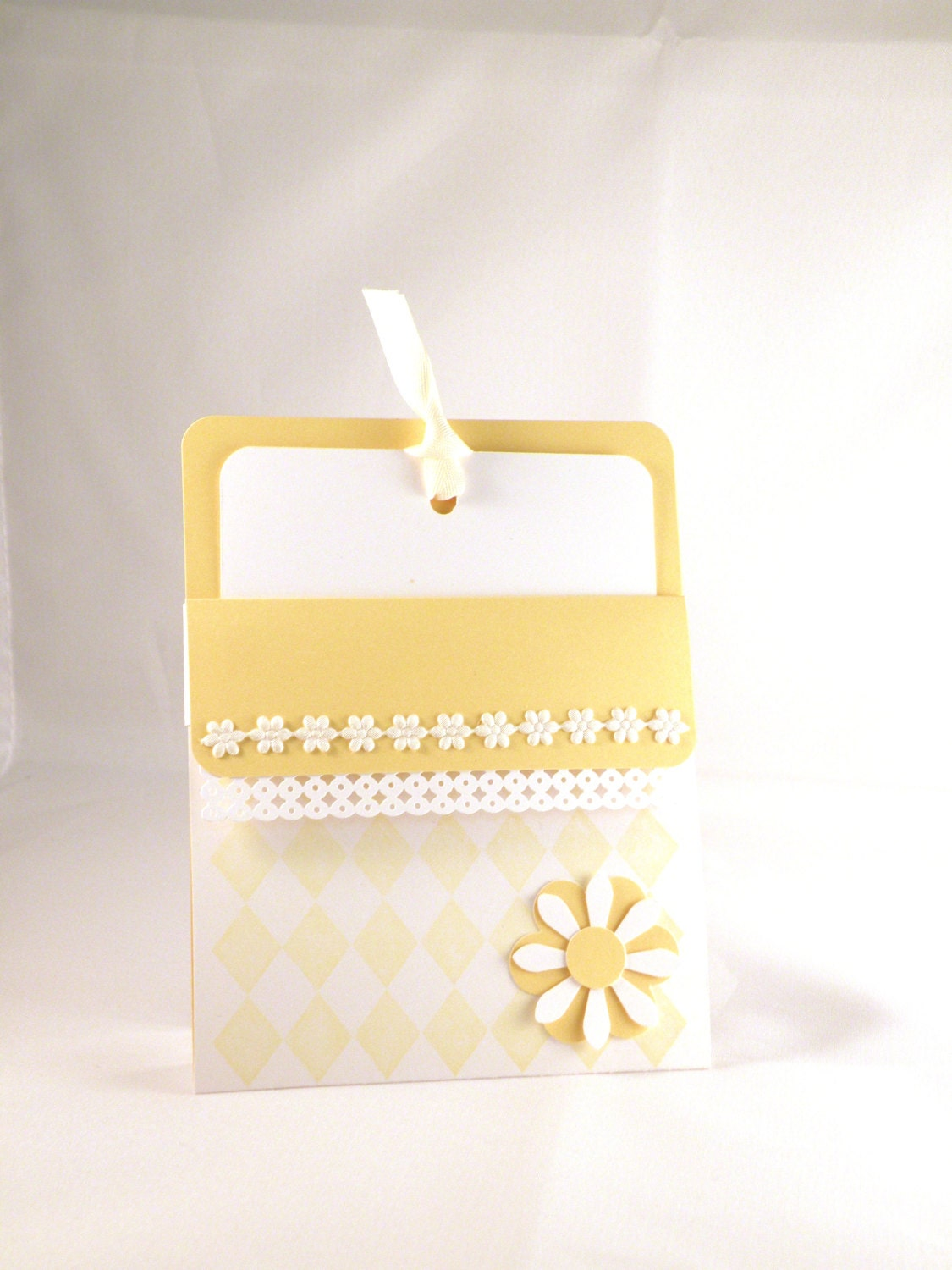 8 Daisy Invitations in Yellow and White