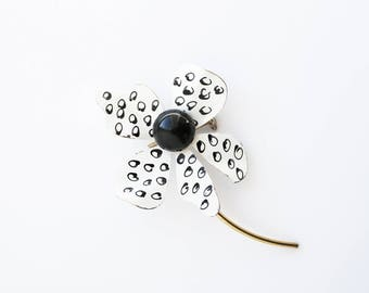 Vintage Enamel Daisy Brooch/Pin--Retro Daisy Pin--Black/White Vintage Daisy Brooch--Vintage Collectable--Gift for Her--Vintage Jewelry