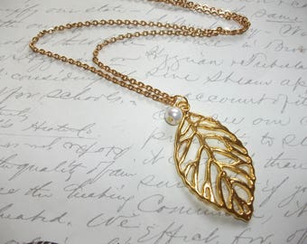 Gold leaf pendant necklace with white pearl