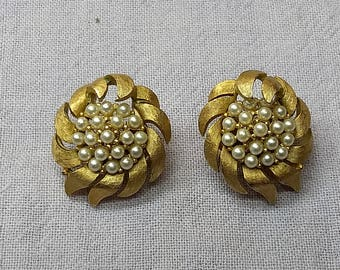 TRIFARI Classic Gold and Pearl Clip On Earrings Flowers Costume Jewelry #B1205