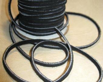 3 meters of flat suede cord, 4 mm, black.
