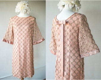 Vintage 1960s Dusty Rose Pink Lace Shift Dress with Satin Back Bow and Bell Sleeves - Size M/L
