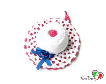 White and Hot Pink crochet hat pincushion - Cappellino puntaspilli bianco e fucsia all'uncinetto
