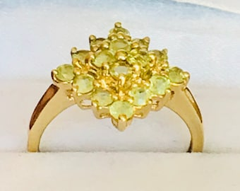 Stunning vintage 9ct yellow gold Peridot cluster ring - fully hallmarked