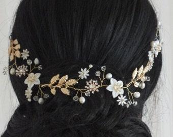 Louisa - fleur de nacre, fleur de strass, perles d'eau douce et d'or laisse strass, bandeau