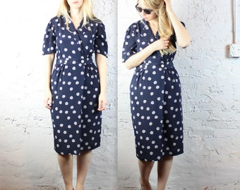 90's Navy and White Hourglass Shirt Dress by Liz Claiborne in Women's Medium . Polka Dots Abstract Business Casual Short Sleeves Button