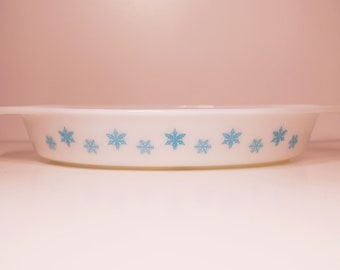 Vintage Pyrex White with Turquoise Snowflakes  1 1/2 QT Divided Casserole 063