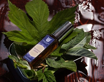 Emerald green -Natural eau de perfume, cool and bitter-sweet with absinthe, cognac, galbanum, violet leaf, jasmin, white lotus, myrrh Flacon