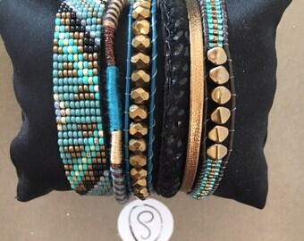 Bracelet manchette brésilien multi rangs en perles tissées dans les tons turquoises et marron avec fermoir magnétique
