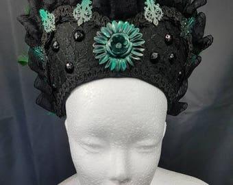 Green and black Burlesque Kokoshnik / grün schwarze Frenchhood mit Federborte und Spitze
