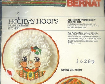 Mrs. Kringle Holiday Hoop Stitchery Vintage Bernat W09266 NOS