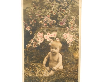 Charming baby in the middle of the flowers - map postcard vintage France-1907 - black and white - colorized
