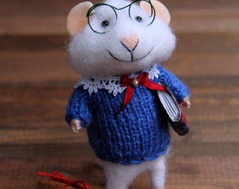 mouse in sweater with books , reader, needle felt mouse,  felted toy, felt animal, mouse reader, eco-friendly, collectable miniatur