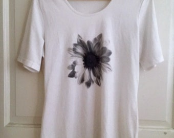 Merkantil soft white tee with graphic flower image