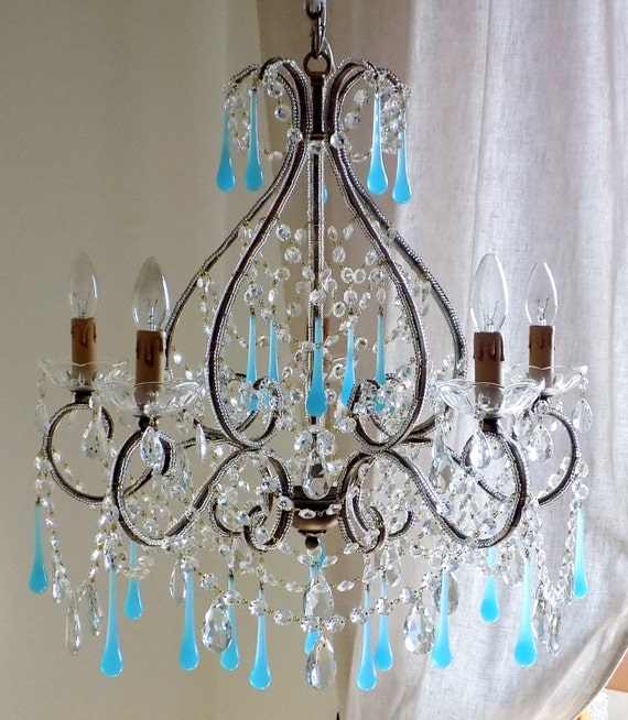 Riproduzione di antico lampadario gocce opaline azzurro