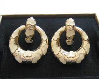 Vintage Sarah Coventry white and gold spotted Clip on earrings for women