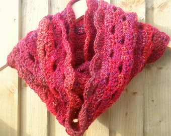 Red crochet cowl, chunky cowl, infinity scarf, crochet scarf, warm cowl, cosy cowl, handmade, shell pattern, lacy cowl, scalloped edge, gift