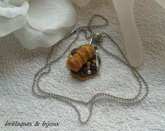 COLLIER MACARONS GOURMANDS gourmandise pour ce bijou 3 petits macarons cafés sur biscuit fleur original artisanal fait main unique