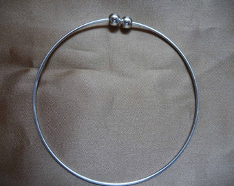Bracelet, beading bangle, silver-plated brass, 73mm round with 2 screw-on beads. Pack of 1 bracelet.